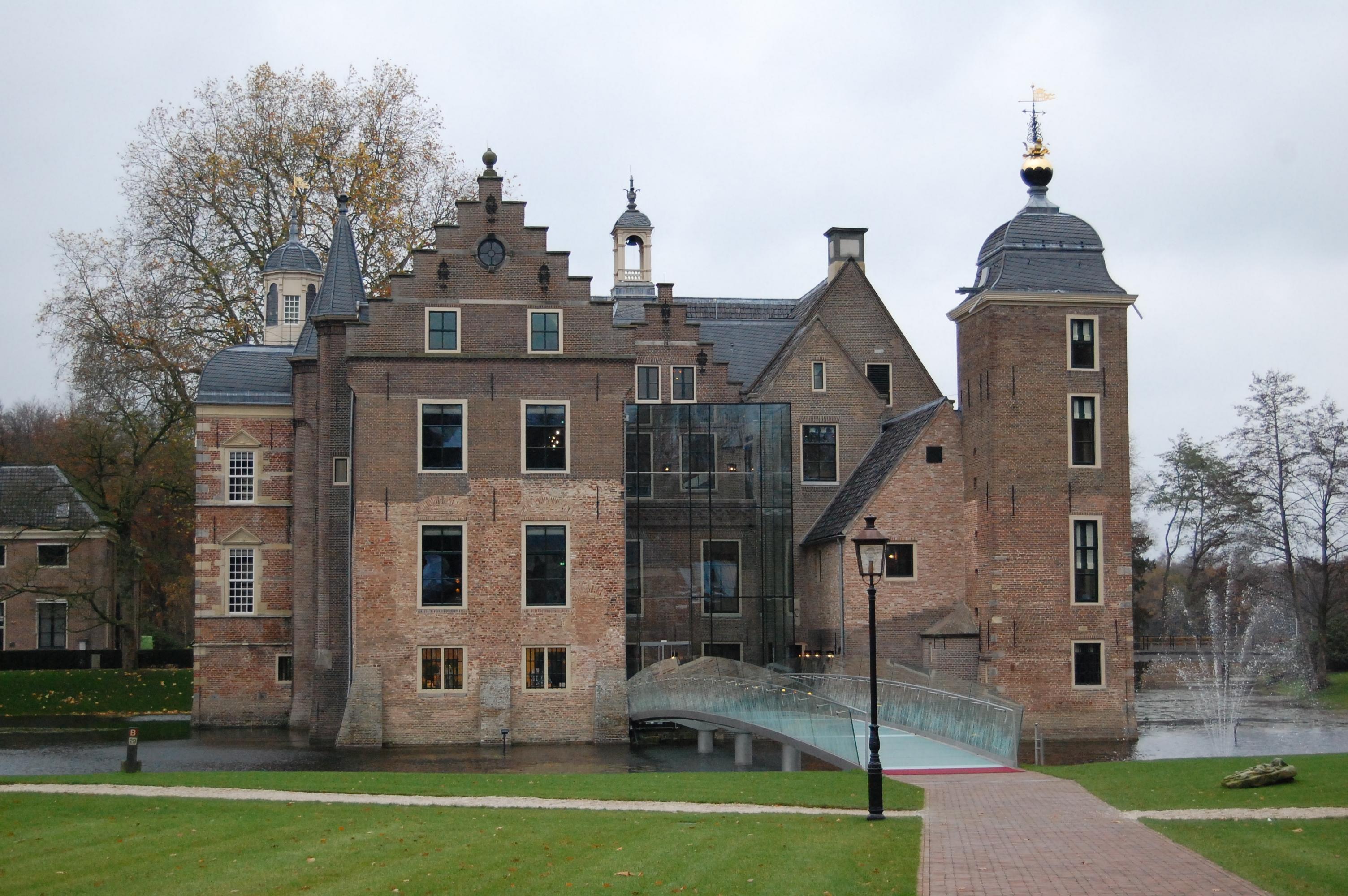 Achterkant van Kasteel Ruurlo, de ingang van Museum More via de glazen brug