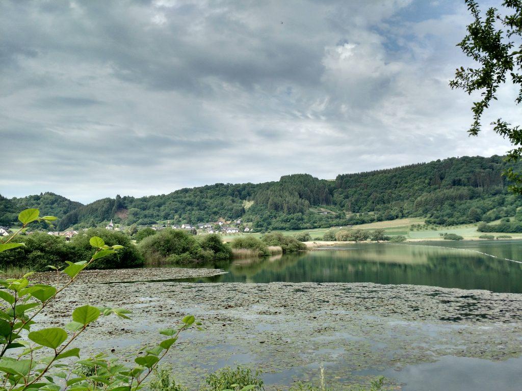 Het Meerfelder Maar bij het stadje Meerfeld in de Eifel